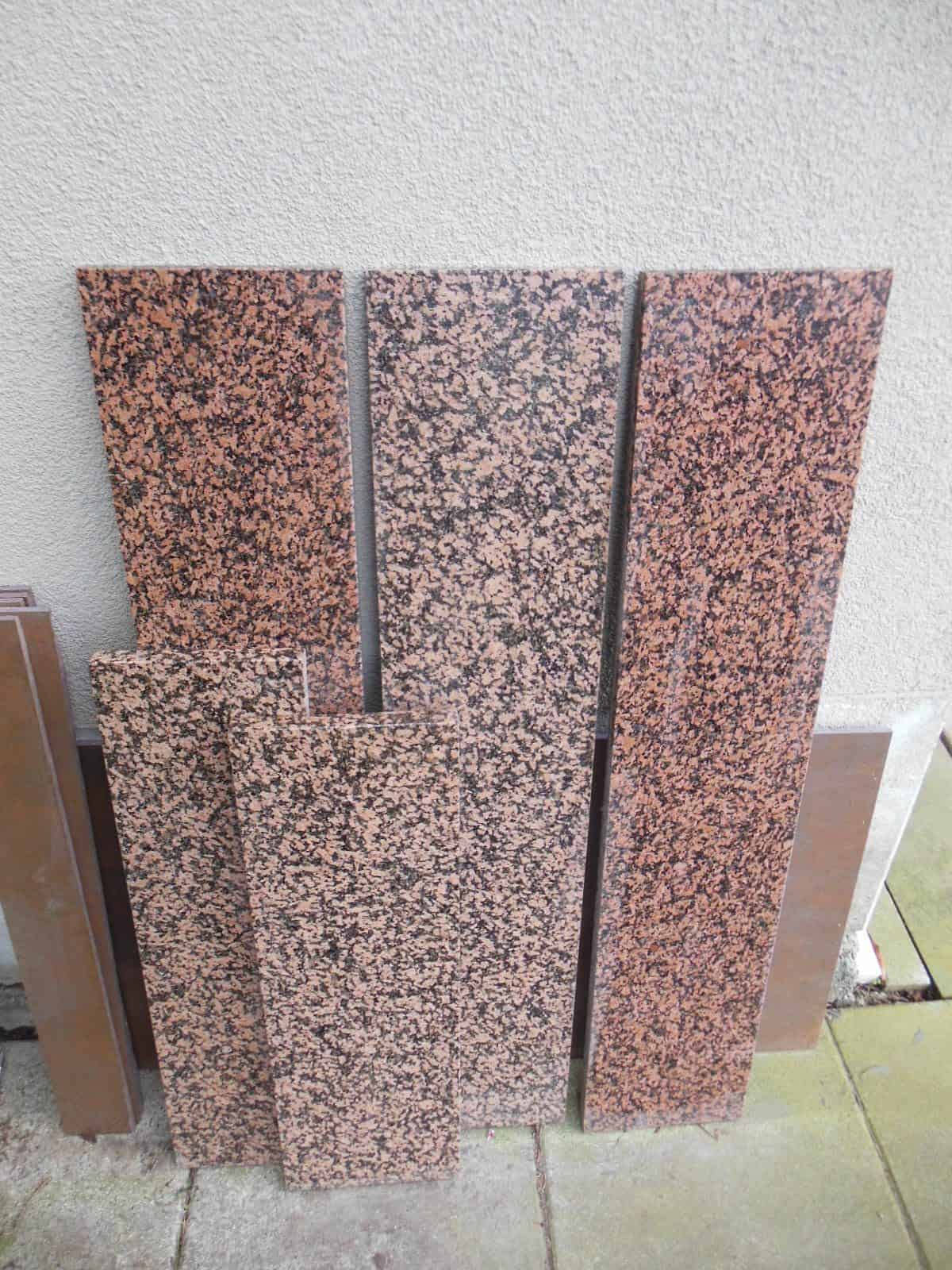 Fensterbänke aus rot/schwarzen Granit