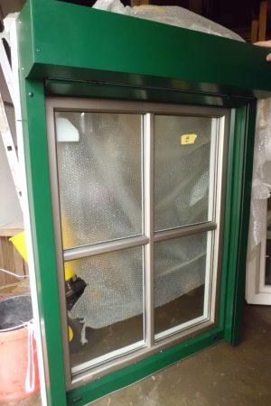 INTERNORM Holz-Aluminium-Fenster mit Kreuzsprosse und Vorbau-Raffstore mit Kurbelstange