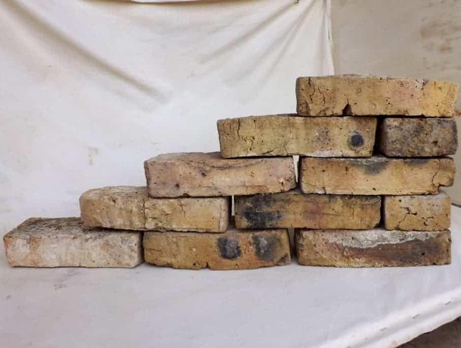 Alte Mauersteine antike rustikale Ziegel Klinker Backsteine historisch Mauerwerk gerumpelt