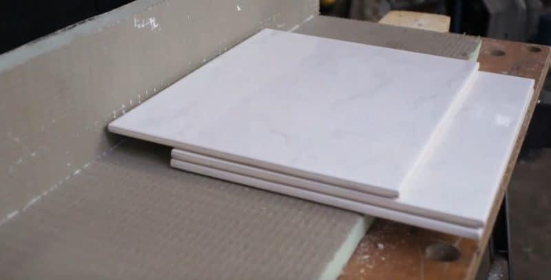 Fliese richtig abmessen: Über die bereits vorhandene Fliese legst du eine Fliese parallel und eine weitere bis zur Wand