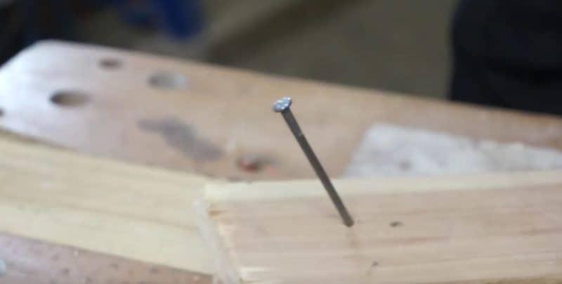 Wie auf diesem Bild muss der Nagel schräg eingeschlagen werden. Dadurch hast du in deinem Element mehr Stabilität und keine schiefen Nägel mehr.