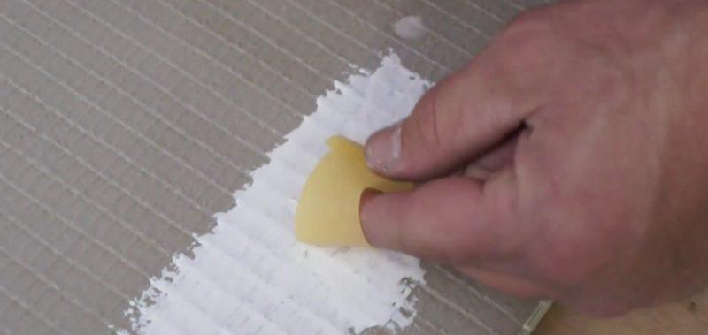 Das Kreppband kannst du dann nutzem um auf die Fläche mit dem Pinselhaar zu tupfen um dieses zu entfernen.