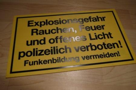 Schild – Explosionsgefahr, Rauchen, Feuer und offenes Licht…