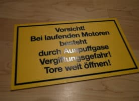 Schild – Vorsicht! Bei laufenden Motoren…