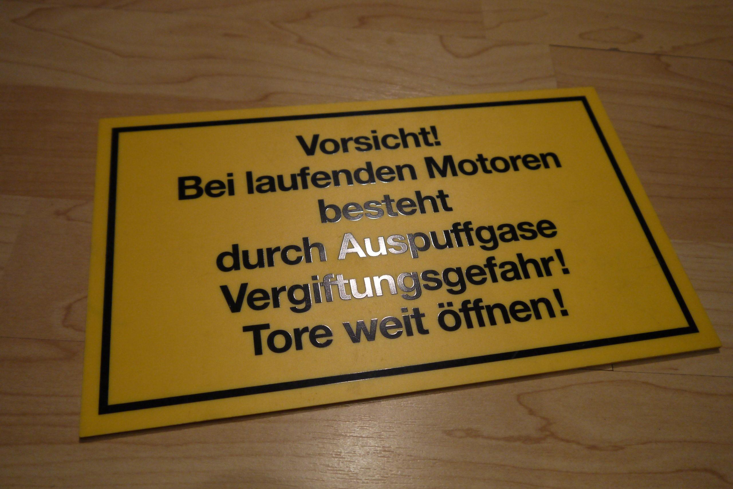 Schild - Vorsicht! Bei laufenden Motoren...