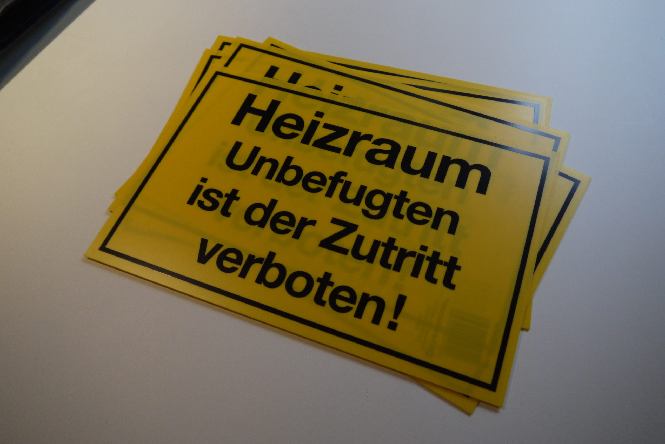 Schild - Heizraum, Unbefugten ist der Zutritt verboten