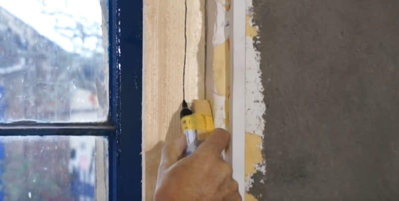 Mit dem gebauten Holzblock und Edding fährst du am Holzbrett entlang und misst so die schiefe Wand aus
